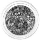 Metallikus ezüstszínű, rendszertelen alakú törmelékek