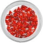 Piros körömdíszítő kövecskék – háromszög